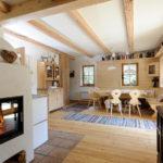 zu vermieten - Haus aus Holz - Wohnzimmer - Stühle - Esstisch - Ofen